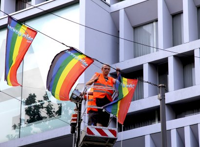a worker hangs the rainbow flag prior Antwerp Pride_1102