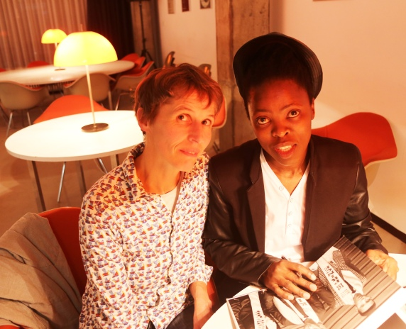 Muholi signing F&P book for Susanne_6076