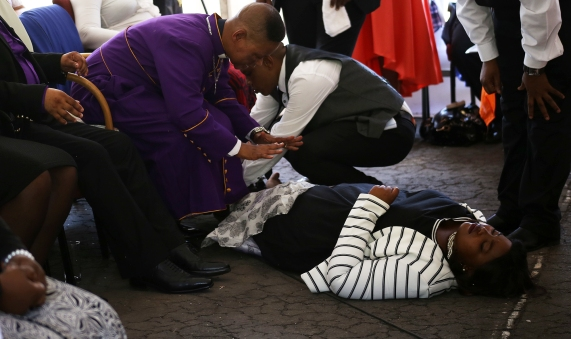2016 March 27 Pastor Zungu praying for Lethu_1265